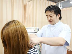 横浜市中区・磯子区 鍼灸接骨院・整体院やわらグループの首の検査の様子