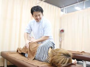 横浜市中区・磯子区 鍼灸接骨院・整体院やわらグループの深部整体の様子