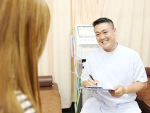 横浜市中区・磯子区 鍼灸接骨院・整体院やわらグループの産後骨盤矯正の問診の様子