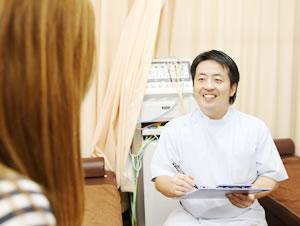 横浜市中区・磯子区 鍼灸接骨院・整体院やわらグループの交通事故の問診のようす